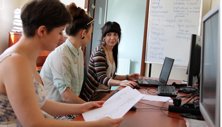 Studenci podczas nauki e-learningu