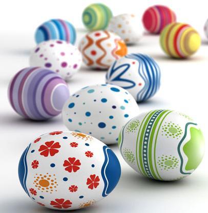 Zdjęcie przedstawia dwanaście różnokolorowych jajek wielkanocnych lezących obok siebie.