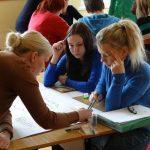 Zdjęcie z Centrum Edukacji Ustawicznej UO. Studenci na praktyce.